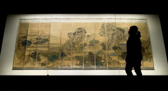 A-gallery-assistant-looks-at-The-Palace-of-Nine-Perfections-by-Yuan-Jiang-painted-in-1691-580x388