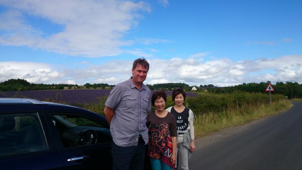 地元ガイドのヴィンセントさんと。向こうは北海道より広いラベンダー畑!