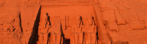 陽の昇るアブ・シンベル神殿:エジプト